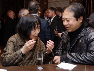 Lors de la réception qui suivait le concert, Zhu Xiao Mei en conversation animée avec le joueur de Sheng, Wu Wei © Aydin Ramazanoglu